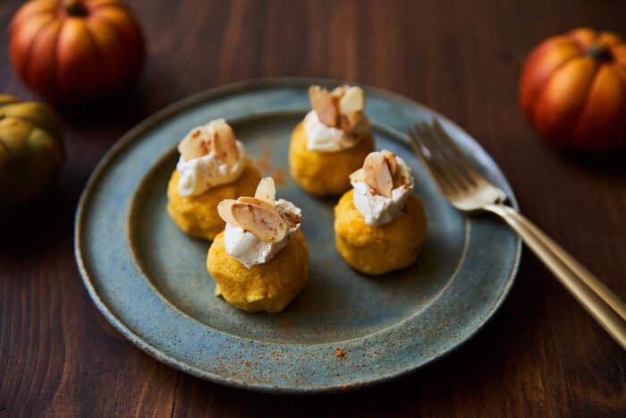 おからやヨーグルトが入ったヘルシーなかぼちゃサラダ。丸めて、仕上げにマスカルポーネとアーモンドをトッピングすれば、まるでプチケーキのようになり見た目も華やかに。