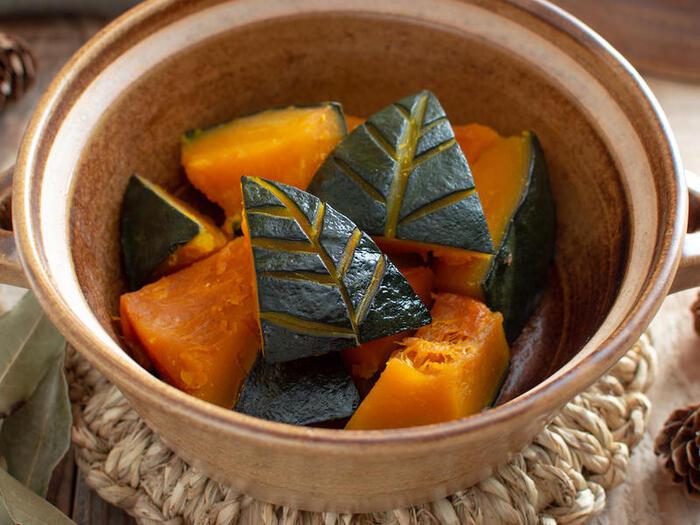 土鍋で煮るほっこり甘いかぼちゃです。土鍋によって、水加減が異なるので、様子を見ながら空焚きにならないよう気を付けてください。かぼちゃの皮の部分を木の葉風にカットする「木の葉の飾り包丁」にも挑戦♪少し手間をかければ、素朴な煮物がおもてなしにも使える、美しい見た目のご馳走に仕上がります。