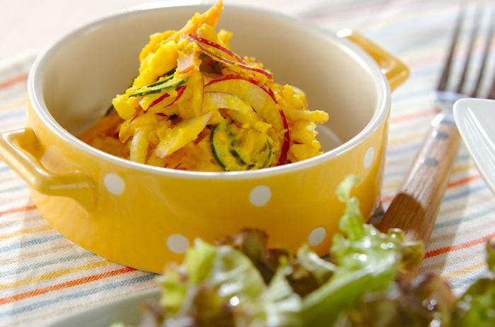 いつものじゃがいもサラダにかぼちゃを加えて、色鮮やかなサラダに。きゅうりのグリーンや、紫玉ねぎとの色合いもバッチリで、食卓が華やかになります。