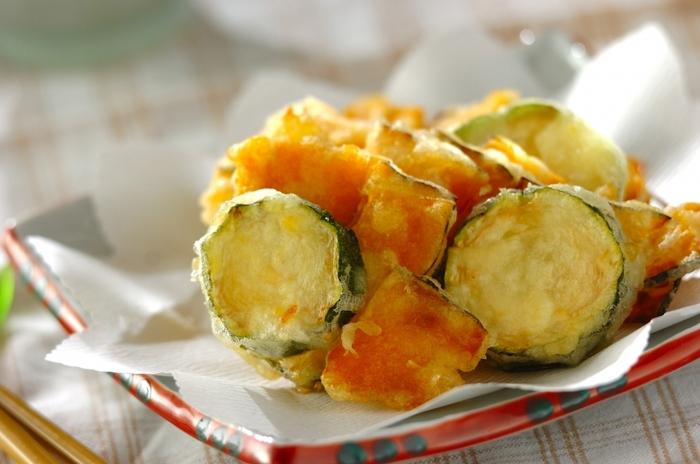 フランス語で「揚げた生地」を意味する、フランスで人気のベニエは、小麦粉を卵黄、牛乳でといて、泡立てた卵白を加えた軽い衣をつけて野菜などを揚げたもの。こちらは、ズッキーニとかぼちゃで作るベニエ。軽い食感でサクサクとしたおいしい揚げ物は、つい食べすぎに注意かも。