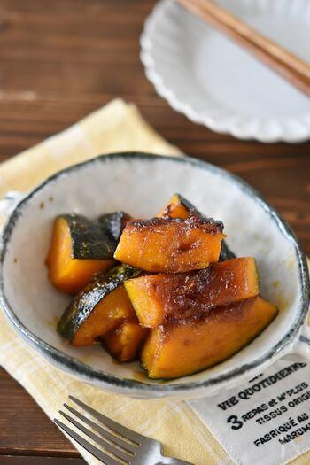 手早く作れて保存も可能な、あると便利な副菜レシピ。かぼちゃだけのシンプルな照り焼きは、付け合わせやお弁当の隙間うめにも活躍してくれます。また、甘めの照り焼きなのでおやつやお茶請けとしてもおいしくいただけます。