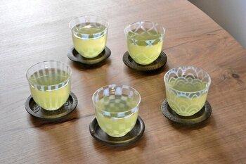"""大正ロマンを感じさせる""""あぶり出し""""という技法が用いられたグラス。日本古来の文様が浮かび上がり、冷茶を素敵に演出してくれます。わらび餅など和スイーツを盛り付けに使うのもおしゃれですね。"""