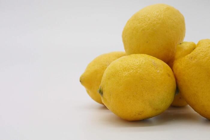 臭いが移ってしまった時の対策としては、刻んだレモンや牛乳を入れて電子レンジで加熱するといいようです。カレーなど香りや強いものは、臭いや色が付着するのを防ぐため、そのままにせずすぐに洗いましょう。重曹を溶かした水に一日浸けておくという対処法もあります。