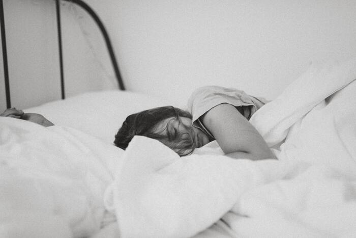 首にしわができる原因のひとつに、毎日ベッドで使っている「枕」が考えられます。枕が高すぎると頭部が身体の中心より斜め上に引っ張られるので、しわが出来やすくなります。この状態のまま使い続けるとしわが固定され、どんどん深くなってしまいます。