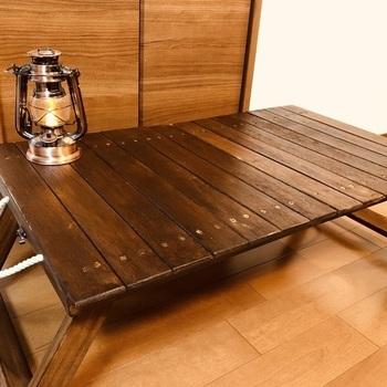 ちゃぶ台や落ち着いた色合いのローテーブルを置けば、ゆったりと腰をおろしてくつろげる和カフェ風のお部屋に。折りたたみ式なら、手軽に出し入れできます。DIYが得意な方は、作ってみてください。
