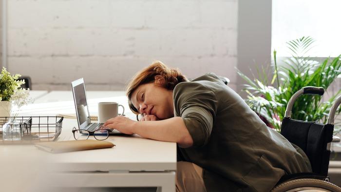 どう我慢しても寝てしまいそうなほど眠くなったら、いっそのこと仮眠を。眠いのにだらだらと仕事をしても遅々として進まないので、睡眠休憩を効果的に取り入れいて生産性をキープします。ベッドに行くと長時間寝てしまうので、イスやソファで10~30分寝るのが良いでしょう。
