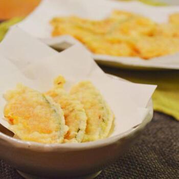 素朴な甘さがおいしくボリュームもあるかぼちゃの天ぷらは、これだけでも麺類などのおかずとして満足できます。てんぷら粉がなくても、お家にある薄力粉と片栗粉でカラッと揚がります。