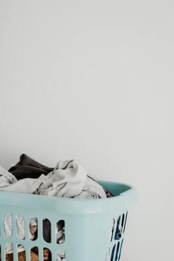 しないとどんどん洗濯物が溜まってしまうけれど、なかなか手抜きできない家事ですよね。洗濯物の量が多いとそれだけ干すのに時間と労力を使います。夜はタオル類を、朝は小物が多い洗濯をと、ある程度仕分けをして洗うと干すのがぐんと楽になりますよ。