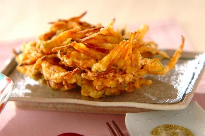 かぼちゃと玉ねぎ、ともに甘さがおいしい組み合わせで作るかき揚げ。味付けに山椒を入れることで、甘さの中にピリッとした辛さがアクセントとなり、味が引き締まります。
