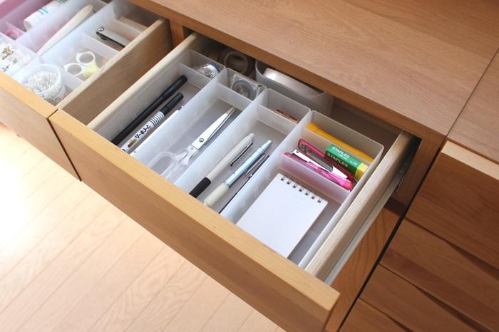 引き出しを開けたら文房具がパンパンに詰まっていたり、クローゼットに余裕がなかったり…。それは持っているアイテム数が今の収納の容量に合っていないということ。必要な数以上を抱えてしまっているんです。もう一度今の収納の容量を確認してみましょう。