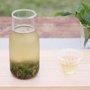 透明感と爽やかな味わいは、冷たくしてこそ楽しめる緑茶の魅力かもしれません。ティーバッグ1袋を1ℓの水に入れ、2時間後から楽しめます。十分に抽出したいなら、一晩、贅沢に味わいたいならお水の量を100mlまで減らして味わうこともおすすめです。