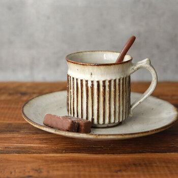 焼き物の産地である笠間の作家さんが手作りした、味わいのあるしのぎのマグカップ。専用のソーサーと一緒に使って、チョコレートや和三盆などを添えるのもおすすめ。