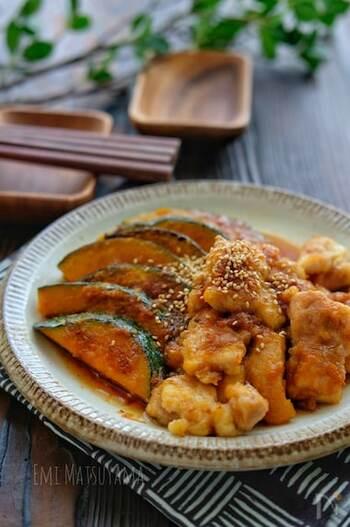 こんがり焼いた鶏肉とかぼちゃに出汁が染み込んで、ご飯もお酒もおいしくいただけます。味付けもめんつゆで簡単にできますが、めんつゆの2倍、3倍など濃縮により水の量が違うので、注意が必要です。