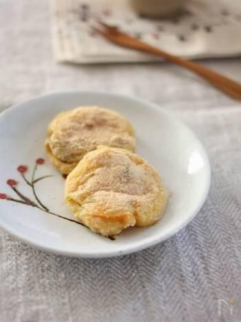 煮物の残りと、もち粉を使ってフライパンで簡単に作れるかぼちゃ餅。やさしい味わいのもちもちの食感がおいしい一品。おやつにはもちろんのこと、軽めのランチにもどうぞ。
