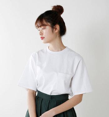 胸ポケットのようなカジュアルなディテールは、しっかり体型さんならこなれた雰囲気で着こなせます。また、Tシャツに着られないからこそ、メンズライクな要素で女らしさを引き立てられるメリットも。