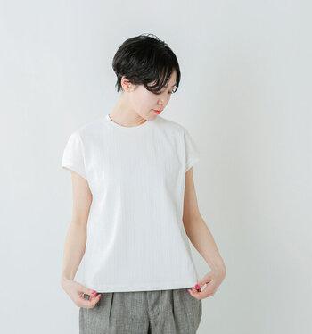 半袖よりちょっぴり短めで、品のいいフレンチスリーブ白Tシャツ。程よくカジュアル感を抑え、スマートに見せてくれます。ブラウス感覚で着られるので、白Tが似合わない…と諦めていた方にもおすすめですよ。