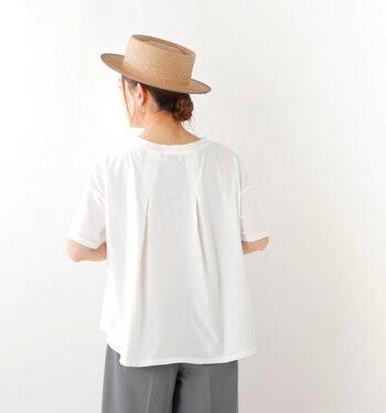 カジュアルな白Tにふわりとした動きをつくる、タックデザイン。プレーンな白Tだとすっきりしすぎる…と感じていたやわらか顔さんでも、これなら適度に丸みが出て似合いやすくなります。