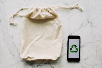 リサイクルは、ゴミを一旦原材料の状態まで戻して再生をします。価値・グレードの変化はものにより、工程には専用の機械を必要とすることが多いです。原材料に戻すことはアップサイクルではなく、この点が大きな違いといえるでしょう。