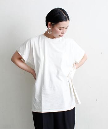 オーバーシルエットの白Tを難なく着こなせるのは、しっかり体型さんの特権。自然と張りが出るので、Tシャツの存在感が浮くことなく「自分のもの」にできます。