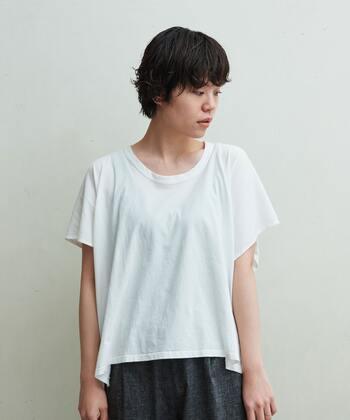 見る角度によって表情を変える、アシンメトリーデザインが楽しい白Tシャツ。オーバーサイズでないのに動きのあるシルエットは、フィット感を避けたいメリハリ体型さんにベストマッチです。