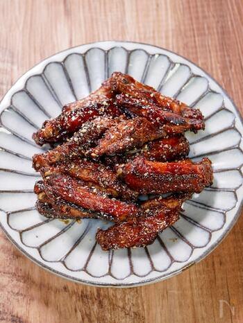 ビールと唐揚げの組み合わせはよく見かけますが、香りと苦みが豊なエールに合わせるなら、一ひねり加えてみませんか?カレー粉を使えば、いつもの唐揚げがスパイシーな香りで食欲をそそる一品に!もも肉ではなく手羽中肉を使うことで、食べ応えも十分です。揚げ物なので、エールの中でも特に風味の強いIPAを選ぶことで、さっぱりとした苦みが油っぽさを中和してくれますよ。