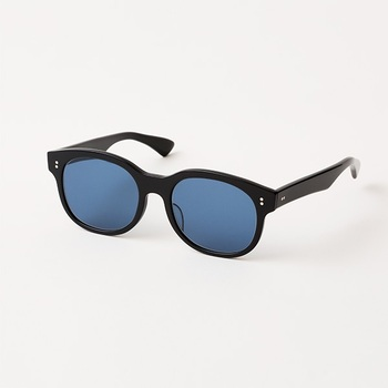 先ほどご紹介した「Buddy Optical(バディオプティカル)」と、トラベルギアブランド「TO&FRO」がコラボしたサングラス。軽量ながら、太めのしっかりとしたフレームで、知的な印象。