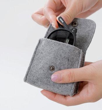 最大の特徴は、折り畳んで持ち運べること。かさばりがちなサングラスを、コンパクトにし携帯できます。