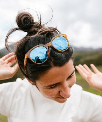 アメリカ・カリフォルニア生まれの「SUNSKI(サンスキー)」。全モデルに偏光レンズを採用したミラーレンズが特徴で、スタイリッシュに紫外線をカットしてくれます。