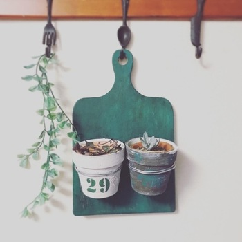使い古したまな板に塗装を施し、小さな鉢植えやグリーンをつけてオリジナルの壁掛けアイテムに。数字札を取り付けて日めくりのカレンダーを作っている方もいました。穴が空いているタイプのまな板だとフックに簡単に引っ掛けられていいですね。