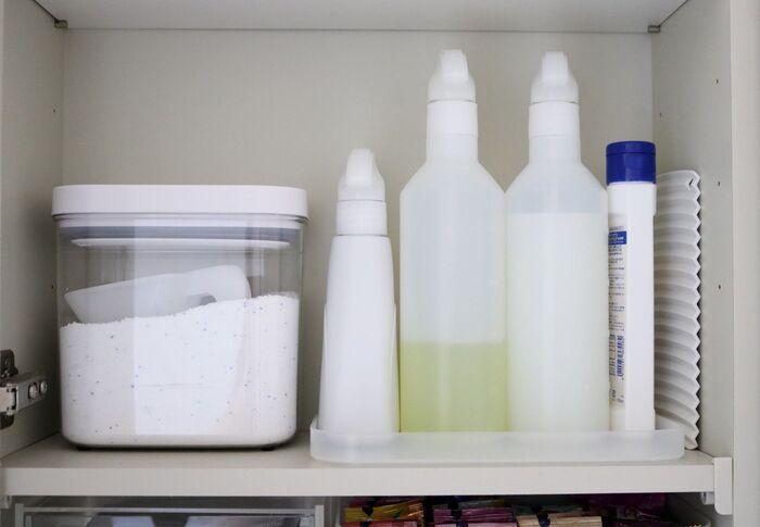 洗剤やクリーナーなど、掃除場所や用途に合わせて細かくそろえてしまうと、結局使い切れないまま数だけ増えてしまいます。1本で家中がお掃除できるマルチクリーナーや様々な使い方ができる重曹などにまとめてしまいませんか?収納もすっきりとし、空きスペースが生まれます。