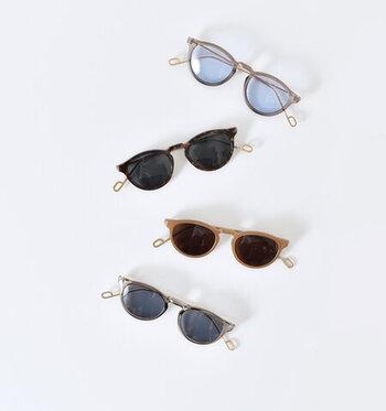 メタル素材のテンプルとプラスチック素材のフレームのコンビネーションが印象的なサングラス。大きすぎない丸みを帯びたレンズがお顔の印象を優しくし、かつ知的な印象を与えてくれます。