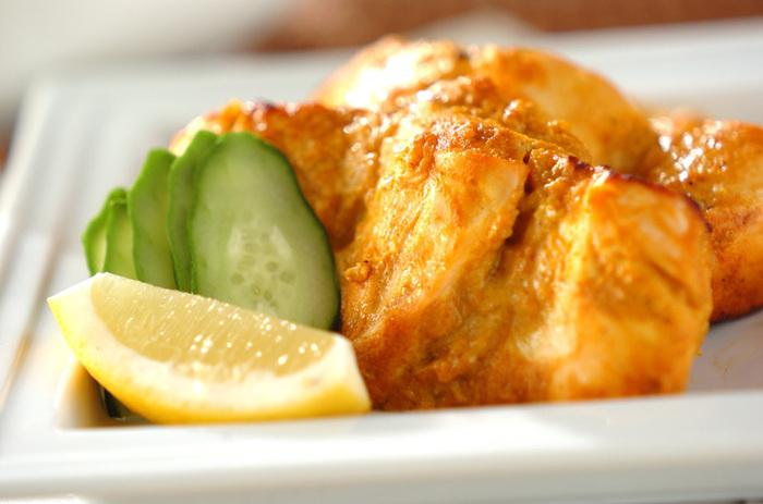 代表的なインド料理のひとつ、タンドリーチキン。鶏肉をガラムマサラ入りのたれに漬け込み、オーブンで焼くだけで本格的な一品に。たまらない香ばしさとジューシーなうまみで、大満足のメインディッシュになります。