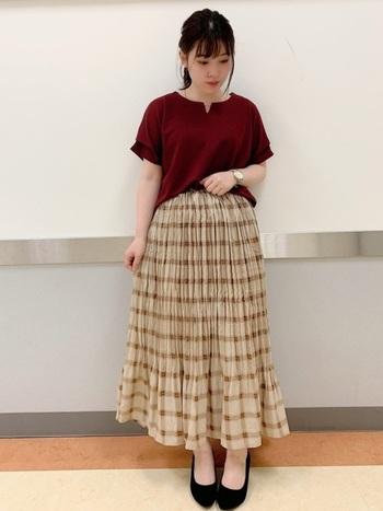 秋色の中でも華やかで女性らしいボルドー。ベージュ×ブラウンの秋らしいチェック柄スカートを合わせて、秋のフェミニンコーデに。柔らか素材のプリーツスカートは履き心地が涼しいので、夏の終わりに秋を取り入れるのにぴったりです。