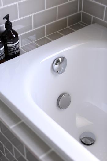 皮脂汚れと水垢が混じった浴槽内や床の汚れには、重曹とクエン酸を使うと一気にキレイにできます。アルカリ度の高い重曹沸騰水とクエン酸水をそれぞれ吹きかけて、30分ほど放置し、スポンジや浴室用ブラシでこすって洗い流しましょう。