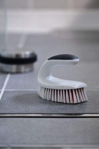 床のタイル目地の黒ずみやカビにも重曹とクエン酸が使えます。乾いた状態の床にクエン酸水を吹き付け、重曹を粉のまま振りかけます。1~2時間置いたあとバスブラシでこすって、洗いながしましょう。時間の経ったガンコなカビには塩素系漂白剤を使います。