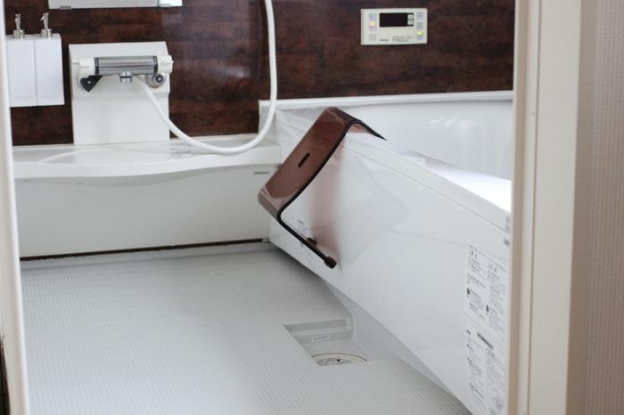 毎日の掃除は浴室用洗剤を使ってバススポンジで洗いましょう。床や浴槽、排水溝の汚れやすいところのみ毎日掃除し、壁などは週1くらいにしてもいいでしょう。しかし、浴室用洗剤だけではどうしても汚れが落ち切らないので、後ほど紹介する念入りな掃除も定期的に行うのがおすすめです。
