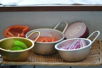 調理前の食材の他にも、カットした食材をまとめて置くのにもとっても便利です。カップからフライパンに入れるなど、調理のアクションにも取っ手が活躍してくれます。