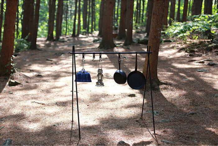テントやタープに使われているアルミニウムポールで作られたハンガー。ランタンはもちろん、洗ったお鍋などをかけたり、ちょっとした洗濯物を干したり、何かと物が多いキャンプにはもってこいなアイテムです!
