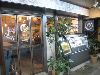 丸七商店内にある「ぐるぐるべゑぐる」は、「パンとエスプレッソと」が手がけるベーグルとサンドイッチの専門店です。ボリューム満点のフルーツベーグルが食べられると人気を集めています。