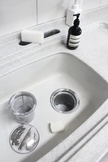 一日の終わりに食器用洗剤とスポンジを使ってシンク全体、排水溝のカバーやネットなどを丸洗いしておきます。この時使うスポンジは、食器洗い用を使い古したものやシンク掃除用に用意したものにしましょう。こびりついた汚れはメラミンスポンジが便利です。