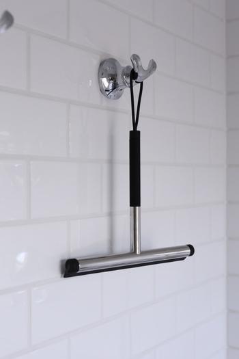掃除のあとや入浴のあとにスキージーで水切りしておくと、水垢汚れがつきにくくなるのでおすすめです。鏡のウロコ汚れもかなり軽減されますよ。また、浴室内が早く乾くのでカビ対策にも◎