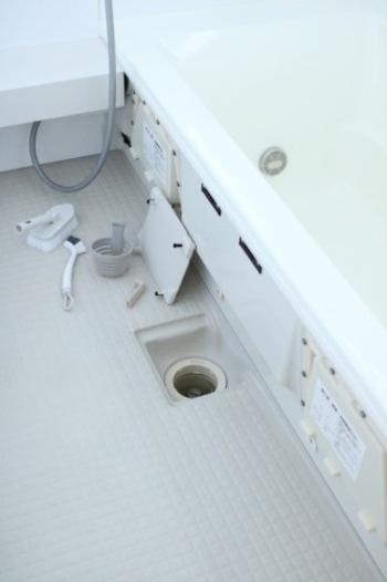皮脂汚れや石鹸カス、水垢が混じった浴室の排水溝汚れ。キッチンシンクの排水口と同様に、重曹とクエン酸を発泡させて落としましょう。粉の重曹とクエン酸を振り入れて、ぬるま湯をかけ30分ほど放置。その後ブラシなどでこすって洗い流します。