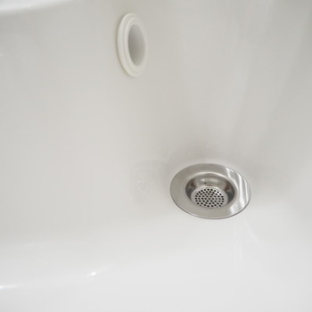 オーバーフロー(水が溢れないようにするため穴)内も結構汚れが溜まりがち。ブラシが届きにくいので、泡タイプの塩素系漂白剤で汚れを落とします。漂白剤を吹きかけて1時間ほど置いたあと、穴から水を注ぎ入れて汚れを流しましょう。