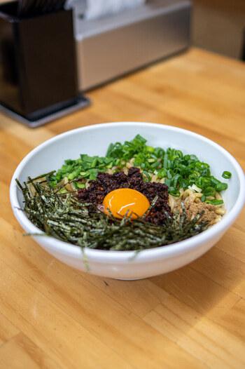 にんにくを効かせたそぼろ「台湾ミンチ」ともちもちの太麺を絡めて食べるまぜそばは、全部で4種類。1番人気の「赤」は台湾ミンチの辛さのなかに旨みが感じられます。海苔やニラ、ネギ、旨辛台湾ミンチ、卵黄、魚粉が基本ですが、苦手な食材は抜いてもらうこともできますよ。