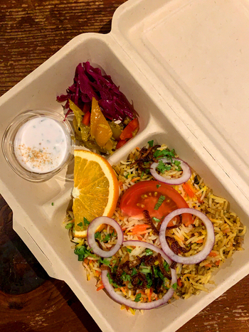 インド風炊き込みごはん「ビリヤニ」やカレーはテイクアウトもできます。オフィスやおうちで本格スパイシーメニューを味わいたい方にもおすすめです。