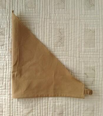 三角巾をかぶると髪がぺちゃんこに…そんなお悩みの方にぴったりな、ゆったり目の三角巾。かぶるだけなので、付け方もとっても簡単。三角巾は後ろでうまく結べないという方にもおすすめです◎