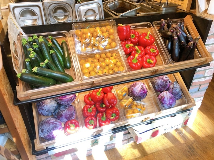 店内にもみずみずしい野菜がずらりと並んでいて、たくさんの野菜がカレーに使われているのも特徴です。