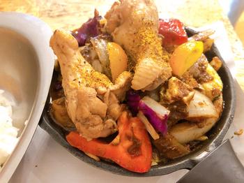 「一日分の野菜カレー」は、14種類の野菜がどっさり。煮込まれている野菜のほかに生野菜も入っているので、シャキシャキ食感を楽しめるのも魅力。ダイナミックな盛り付けで、まさにキャンプ飯です。