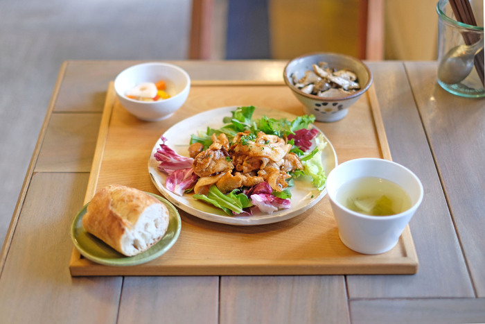 ランチは、メインとデリをひとつずつセレクトするスタイル。和定食のような盛り付けで、フレンチ風のおしゃれなお惣菜をカジュアルにいただけます。