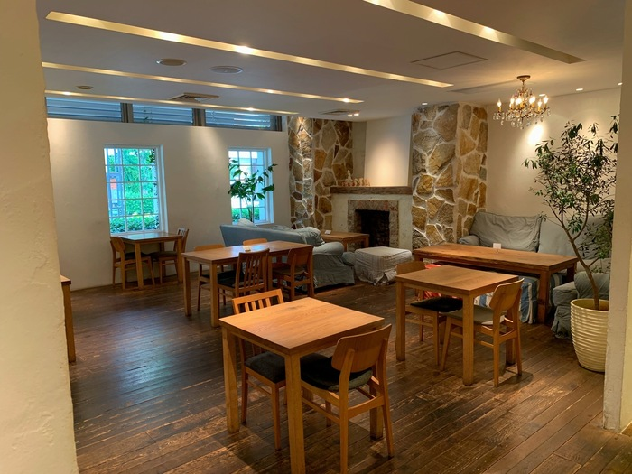 「Ron Herman Cafe(ロンハーマンカフェ)」は、セレクトショップのロンハーマンが展開するカフェの日本1号店。テーブルがゆったりと配置された店内は、開放的でリラックスした空間。ソファ席でくつろぐのも気持ちよさそうですね。
